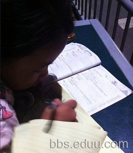小女孩垃圾桶上写作业
