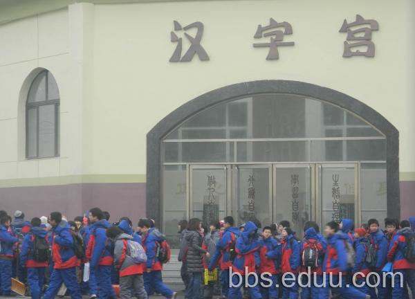 2012沈阳雨田实验中学小升初现场报道 考雨田的家长注意了图片