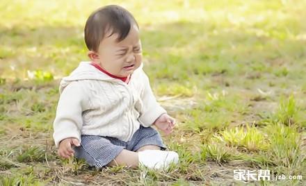 一个2岁半的小孩子走路时不小心跌倒了