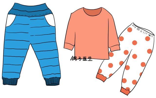 老师们的建议:宽松的棉裤或羊毛裤。应尽量避免又紧又硬的牛仔裤。面料柔软的棉裤又柔软又保暖,是冬天里宝宝们穿着最好的选择,而且很多棉裤的裤腰都采用较宽宽的橡筋,松紧幅度很大,非常好拉好塞。像这样的天气,一条棉裤或者是棉绒裤,再加上一条秋裤就足够了;如果冷空气来了,可以在棉裤里塞一条宽松的羊绒裤,就足够了。 家长们要注意,不要用那种紧身的厚裤去代替羊毛裤,以为紧身的保暖性更好,其实紧身的裤袜对于孩子来说是很不方便的,很难穿脱,上完厕所拉不上,而且女孩子小便的时候,因为裤袜太紧,裤子拉不下去,结果小便把裤子弄湿