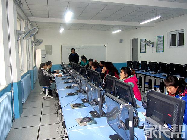 天津市新开中学组织中队辅导员集中学习十八大精神.jpg