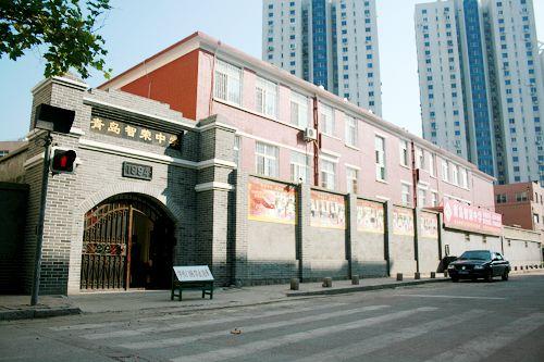 【学校简介】   私立青岛智荣中学创办于1994年,是青岛市已有20年办