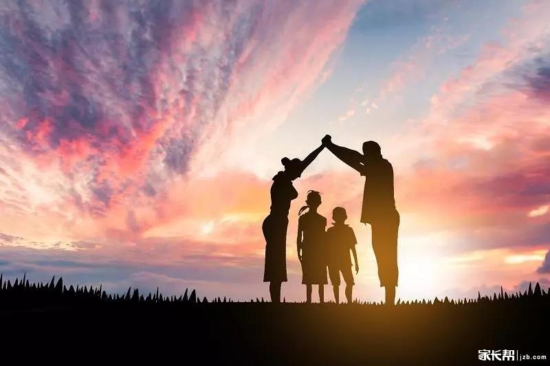 怎样帮孩子树立自信心? 有很多方面,比如:正面管教、乐观思维、自主权、独立思考、情绪管理、游戏力、给孩子无条件的爱,等等,如果认真做到,都会有帮助。这里再补充如下: 01 让孩子自己做事 因为真正的自信不来自别人的评价,完全来自孩子通过做事,对自己能力的见证。 其实,这个道理我们都清楚,但做起来似乎总有难度,所以需求多总结技巧。比如,给孩子的任务难度要适当,要比他能做的刚好难一点点;要坚持,比如让孩子自己穿衣,在孩子不舒服或疲倦时,允许他稍有反复,但过后慢慢再坚持回来;大一点的任务,或者拆成小块,一次只落